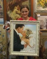 На фото девушка, которая заказала портрет в подарок супругу к первой годовщине свадьбы. Техника: холст, масло. Размер 40х50 см.